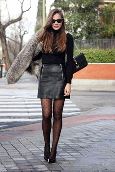 Scarpin: como aproveitar esse coringa em infinitos looks. Blusa preta de gola alta e manga, saia de couro, meia-calça preta, scarpin preto