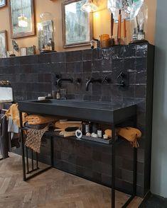 ideas for bath room design small modern shower tiles Bathroom Wallpaper, Bathroom Curtains, Bathroom Styling, Bathroom Interior Design, Mini Bad, Tadelakt, Black Tiles, Modern Shower, Chic Bathrooms