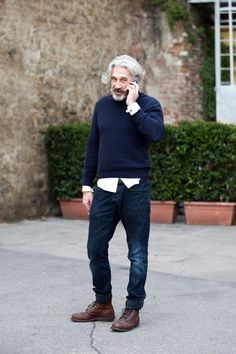 older man with casual style Sharp Dressed Man, Well Dressed, Stylish Men, Men Casual, Casual Chic, Look Man, Mature Fashion, Advanced Style, Men Street
