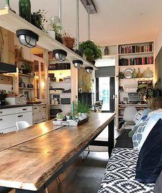 La imagen puede contener: mesa e interior Dining Nook, Dining Room Design, Kitchen Interior, Kitchen Decor, Reclaimed Kitchen, Coffee Shop Interior Design, Log Home Interiors, Kitchen And Bath Design, Home Living Room