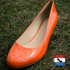Oranje Sleehak. De oranje sleehak is de perfect schoen om een echte oranje statement mee te maken of een perfect cadeau. Vervaardigd uit hoogwaardig leer op een comfortabele sleehak. Jij loopt er dit WK voetbal wel heel erg hip en trendy bij op deze oranje sleehak van het schoenenmerk Clog Heels.