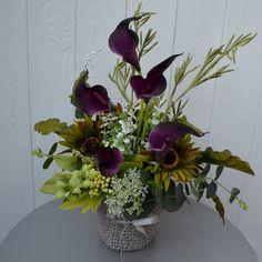 Květinové aranžmá v háčkovaném košíku Dekorace z umělých květin aranžovaná v háčkovaném košíku. Rozměry celkem: 45 / 26 cm Rozměry nádoby: 14 cm