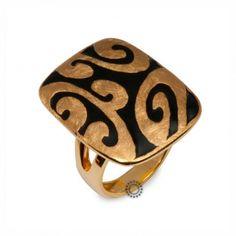Ένα μοντέρνο δαχτυλίδι σε χρυσό Κ18 με ιδιαίτερο σχέδιο από συνδυασμό σαγρέ  χρυσού και μαύρου σμάλτου 02998abf1fd