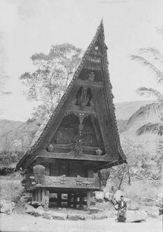 Een man zit op een steen voor een Toba Batak woonhuis of rijstschuur. Circa 1930. Soematra Lake Toba, Thai House, Russian Architecture, Dutch East Indies, Beautiful Places To Visit, Model Homes, Building A House, History, House Styles