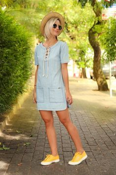 Look - Casual com Vestido Jeans Unique Prom Dresses, Casual Dresses, Short Dresses, Casual Outfits, Look Fashion, Womens Fashion, Dress With Sneakers, Look Chic, Casual Chic