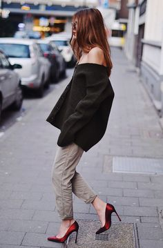 "justthedesign: ""Street Style, March Maja Wyh is wearing an oversized Rochas cardigan with a pair of grey Closed trousers and red Sergio Rossi heels "" Trendy Fall Outfits, Spring Fashion Casual, Autumn Fashion, Casual Outfits, Classic Outfits, Sergio Rossi, Casual Chic, Glamour, Street Chic"