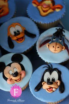 Här är Mickeys första födelsedagstårta och muffins. Det var så mycket roligt att göra. Jag lärde mig så mycket och gjorde många experiment. Kakan är täckt av Butter och med fondant inredning. Cake topper är gjord av sockerglasyr och gummi klistra. Cupcakes där blandteknik ~ Ätbara Papper, målning och fondant skulptera! Besök gärna min FB för fler bilder! https://www.facebook.com/FernandaAbarcaSweetCreations Tack så mycket för att titta. Välsignelser :)