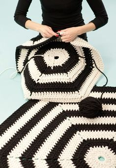 Alert for Hexagon Decor Ideas for Small Spaces A crochet rug goes mod in monochrome.A crochet rug goes mod in monochrome. Crochet Diy, Crochet Afghans, Bag Crochet, Crochet Home, Love Crochet, Crochet Blanket Patterns, Crochet Crafts, Yarn Crafts, Crochet Rugs