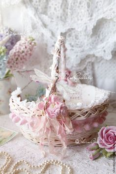 Shabby Chic Pink Paint Styles and Decors to Apply in Your Home – Shabby Chic Home Interiors Rose Shabby Chic, Shabby Chic Decor, Vintage Home Decor, Shabby Chic Accessories, Chabby Chic, Shabby Chic Christmas, Shabby Chic Bedrooms, Flower Girl Basket, Basket Decoration
