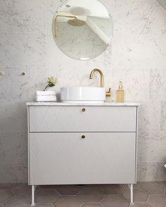 Vårt fina lilla badrum som fick lastbilschauffören att undra ifall vi köpt ett helt berg av marmor Fint blev det iaf ⭐️ #superfront #tapwell #marble #marmor #mässing #800kgmarmorgickdetåt #skönahem #drömhem #interior #familjenmartinsson #nynäshamn #boinynäshamn