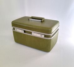 Royal Traveller Medalist Train Case  The adorable vintage Samsonite Royal Traveller train case is in really good vintage condition. The avocado