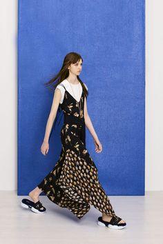 「アニオナ(AGNONA)」が2018年プレ・スプリング・コレクションを発表した。