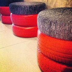 bancos com base de pneus. | Além de serem super resistentes, os pneus também ganham várias funções dentro da casa. Eles podem ser usados como cuba da pia, revisteiro, prateleira para guardar brinquedos, como apoio para bancos e mesas e até como vasos para plantas. Por isso, na hora de aposentar o pneu do seu carro, inspire-se nessas dicas para sua reutilização!