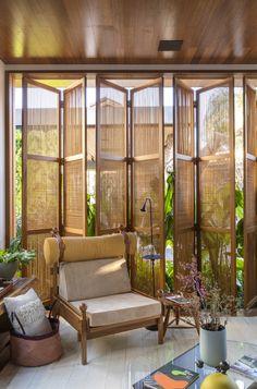 Image 7 of 22 from gallery of Loft Essencial / Cacau Ribeiro Interiores. Photograph by Felipe Araújo Home Interior Design, Interior Architecture, Interior And Exterior, Interior Decorating, Wooden Architecture, Tropical Architecture, Tropical House Design, Tropical Houses, Modern Tropical House