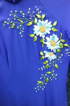 Vestidos diseños Zardosi Embroidery, Embroidery On Kurtis, Silk Ribbon Embroidery, Embroidery Stitches, Ribbon Art, Ribbon Crafts, Ribbon Bows, Crochet Curtain Pattern, Simple Embroidery Designs