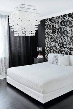 MIESZKANIE. Sypialnia jest konsekwentnie utrzymana w czerni i bieli. Innym może…