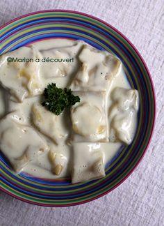 Raviolis au chèvre frais, pesto et bouillon crémeux