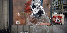 """Banksys neues Werk kritisiert die Situation in Calais:  Am Wochenende ist ein neues Werk von Banksy aufgetaucht: Das Graffiti befindet sich auf der Außenwand eines Gebäudes gegenüber der französischen Botschaft in London. Es zeigt ein weinendes Mädchen, offensichtlich inspiriert von Cosette aus """"Les Misérables"""". Das Mädchen sitzt in einer Gaswolke, die aus einer am Boden liegenden Dose mit der Aufschrift """"CS"""" entweicht – dem Symbol für Tränengas. (25.01.2016)"""