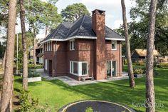 Een bouwstijl  als basis 'jaren dertiger maar wel met meer strakke vormen. Cabin, Mansions, House Styles, Home Decor, Decoration Home, Manor Houses, Room Decor, Cabins, Villas