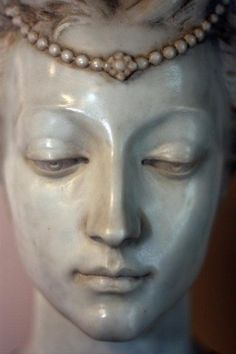 Large marble bust of a woman in affluent garb. Has carved floral decoration and is gilded. Human Sculpture, Sculpture Head, Abstract Sculpture, Metal Sculptures, Wood Sculpture, Bronze Sculpture, Sculpture Romaine, Marble Bust, Art Plastique