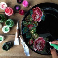 """1,314 Me gusta, 110 comentarios - ⠀⠀⠀⠀⠀⠀⠀⠀⠀Анастасия Ропало (@anastasia_ropalo) en Instagram: """"Доброе утро! Идея попробовать """"вышить"""" розы на тарелке еще с февраля и вот, наконец решила…"""""""
