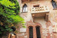 Turismo em Verona: o que fazer na cidade de Romeu e Julieta - Na Casa de Julieta, os visitantes encontram uma bela fachada de tijolos e um portão de entrada no estilo Gótico, além de uma estátua de bronze da Julieta no jardim