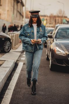 Tutti gli outfit e look di street style avvistati alla New York Fashion Week Aut… All the street style outfits and looks spotted at the New York Fashion Week Fall Winter 2018 2019 High Street Fashion, Fashion Mode, Denim Fashion, Trendy Fashion, Fashion Outfits, Vogue Fashion, Style Fashion, Cheap Fashion, Curvy Fashion
