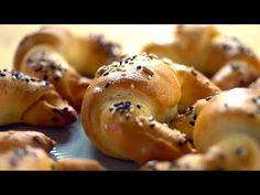 A népszerű partifalatkatöbbféle recepttel készíthető el. Van, aki töltelékkel turbózza fel, és van, aki csak megszór... Bagel, Bread, Chicken, Food, Youtube, Gastronomia, Brot, Essen, Baking