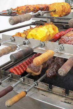Rodizio. Alimentarte, es un evento, que si vive o visita la ciudad por el mes de agosto, no se debe perder! Un buen plan para compartir con familia y amigos. Es sin lugar a dudas, el festival gastronómico y cultural más grande de la ciudad. www.antojandoando.com Bbq Spit, Restaurant Kitchen Design, Aussie Bbq, Bbq Roast, Deli Food, Comida Latina, Mets, Bbq Grill, Outdoor Cooking