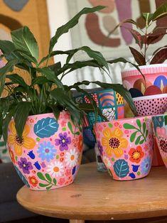 Painted Plant Pots, Painted Flower Pots, Painted Pebbles, Pottery Painting Designs, Pottery Art, Bottle Art, Bottle Crafts, Garden Yard Ideas, Garden Art