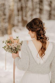HOCHZEIT SHOOTING IM WINTER WONDERLAND Ich lieben Hochzeiten in der schneebedeckten Jahreszeit und freue mich Euch heute dieses Winter Shooting vorzustellen mit der lieben Sarah. Fotograf @marcopalmer_photography Hair & Make-up | @handhaarbeit Brautkleid | @elas_braeuteBlumen | @designundfleur #winterhochzeit #winterbrautkleid #hochzeitfotograf #brautkleidshooting #hochzeitsfotograf #destinationwedding #brautkleid #hochzeitskleid Granny Square Crochet Pattern, Crochet Patterns, Up, Photography, Dresses, Fashion, Bridal Flowers, Hair Jewelry, Marriage Dress