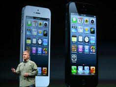 Phill Shiller mostra as duas versões de iPhone 5, uma em branco e a outra em preto