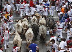 <p>La manada, agrupada al comienzo del primer encierro (Reuters) </p>