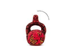 Huaco Peluche [Ofrenda Mochica] KUX. Diseño pop decorativo inspirado en el arte y la cosmovisión prehispánica de la costa norte del Perú. Representa al huaco globular de la cultura mochica.