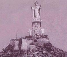 PRIMER CRISTO DE MONTEAGUDO (1926).  Se podían leer a los pies del Cristo la palabra MURCIA.  Y aparecían a izquierda un SAN FRANCISCO de ASÍS y a derecha un SAN FRANCISCO JAVIER.  En la parte frontal había un altorrelieve de la figura del Corazón de María.  Y en la parte trasera un altorrelieve de Santa Margarita de Alacoque.  A los lados unos escudos con 7 coronas y un corazón.  Era del año 1926, obra de ANASTASIO Martínez Hernández, y era macizo pero fue destruido en la Guerra Civil. Su…