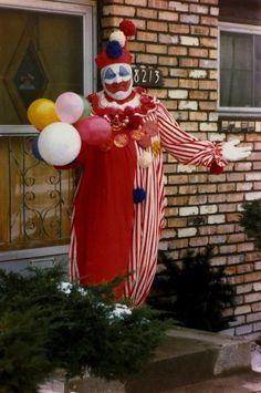 John Wayne Gacy was an American serial killer who murdered more than 30 young men between 1972 and 1978 in the Chicago area. Alfred Hitchcock The Birds, Famous Serial Killers, Creepy History, John Wayne Gacy, Nostalgia, Bird Poster, Evil Clowns, Chicago Area, Vintage Circus