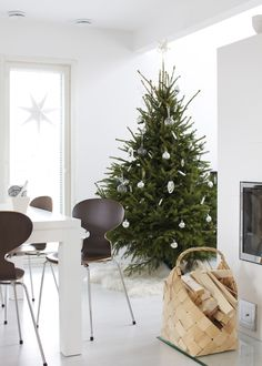 Christmas tree + white interior = modern holiday space