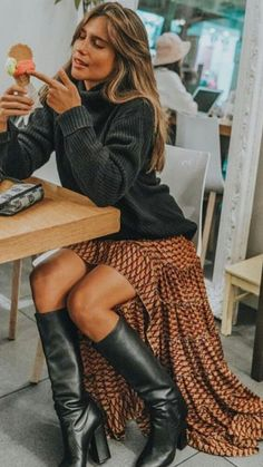 association très féminine sympa! #belleenhiver #bottesnoires #winterfashion #fashion #modefemme #modehiver #jupelonguehiver #modefemmehiver