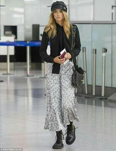 Celebrity Street Style Picture Description Flare for fashion: Suki Waterhouse showed she has more than a flare for fashion when it comes to putting Fashion Week, Fashion Models, Luxury Fashion, Fashion Tips, Fashion Trends, Tokyo Fashion, Fashion Inspiration, Style Couture, Haute Couture Fashion