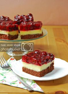 This STRAWBERRY SHORTCAKE PIE is the ultimate Summer sweet treat! Layers of strawberries, cream, and pound cake make for an easy strawberry shortcake recipe that is sure to please. Easy Strawberry Pie, Strawberry Shortcake Recipes, Strawberry Cake Recipes, Strawberry Farm, Köstliche Desserts, Delicious Desserts, Dessert Recipes, Pie Recipes, Gourmet Recipes