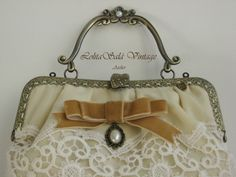 Bridal bag. Detalle de boquilla metálica customizada con pelas y piedras en el cierre. www.lolitasala.es