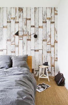 Papier peint effet bois pour la déco de la chambre.