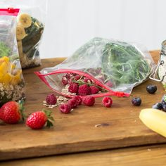 Gemüse, Obst, Chia-Samen und Haferflocken in Gefrierbeutel füllen - fertig! Am nächsten Morgen mit Milch mischen und genießen.