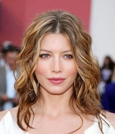 Actress Jessica Biel - wavy hair for square faces Haircuts For Wavy Hair, Cool Haircuts, Cool Hairstyles, Layered Haircuts, Short Haircuts, Haircut For Square Face, Square Face Hairstyles, Medium Hair Styles, Curly Hair Styles