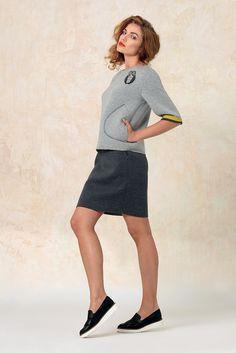 Модный свитшот укороченного силуэта из неопрена. Дополнением служит дизайнерский съёмный элемент с изображением совы. Normcore, Dresses For Work, Style, Fashion, Swag, Moda, Fashion Styles, Fasion