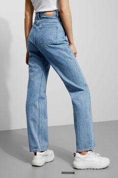 Model side image of Weekday row sky blue jeans in blue - outfits. Blue Jeans, Lässigen Jeans, Mom Jeans, Ripped Jeans, Loose Jeans Outfit, Casual Jeans, Trendy Jeans, Formal Casual Outfits, Work Casual