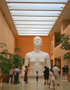 """Museo Thyssen Bornemisza. Escultura """"La Mujer de Coslada"""" de Antonio López . Paseo del Prado.    Madrid."""