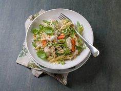 Fullkornspasta med kylling og pinjekjerner - En mettende pastarett som er lett å like.