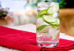 Use these delicious and healthy fruit infused water recipes to detox, lose weight, improve digestion and clear your skin. They're easy to prepare and taste amazing. Cucumber Detox Water, Cucumber Drink, Clean9, Sparkling Mineral Water, Sassy Water, Flat Belly Diet, Drink More Water, Water Recipes, Infused Water