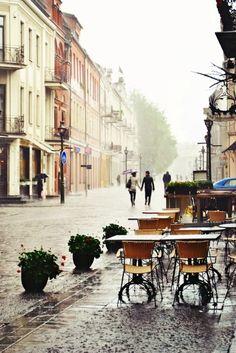 雨の中のオープンカフェ